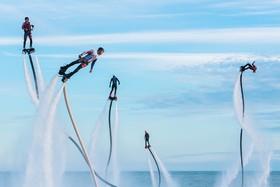 (تصاویر) حمله کوسه ها به سواحل کالیفرنیا، ادای احترام تیم منچستر ، تام کروز در جشنواره مومیایی و..... در عکس های خبری روز