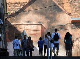 اثری هنری از جولین دوکازابلانس در زاگرب کرواسی که نقاشی های موزه ها را در مناطق مختلف روی دیوار نقاشی می کند