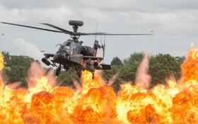 هلیکوپتر آپاچی در نمایشگاه هوایی در انگلیس