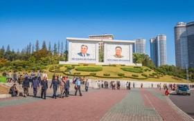 میدان اصلی در پیونگ یانگ که یک عکاس با انتشار مجموعه عکس هایی چهره دیگری از کره شمالی نشان داده.وی پیونگ یانگ را پاکیزه ترین شهر در جهان معادل شهرهای ژاپن دانسته است
