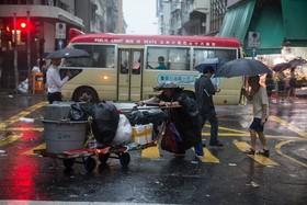 خیابانی در هنگ کنگ در روزی بارانی