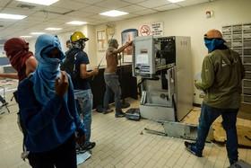 تظاهرات ونزوئلا و حمله به یک بانک