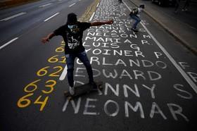 نام کشته شدگان در تظاهرات علیه دولت ونزوئلا در خیابان و اسکیت سواری تظاهرکنندگان