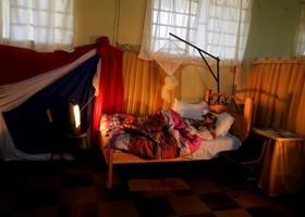 یک سرباز کهنه کار حاضر در جنگ سال 1932 میان پارگوئه و بولیوی که 104 سال سن دارد در بستر با لباس نظامی در مراسم سالگرد این جنگ پاراگوئه