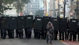 یک معتاد در مقابل پلیس ضد شورش در سائوپائولو در برزیل