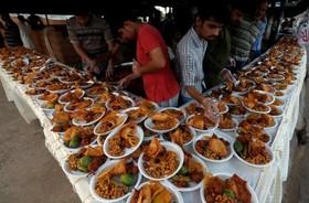 افطاری برای رهگذران در کراچی پاکستان