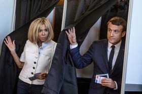 امانوئل ماکرون و همسرش پس از رای دادن در انتخابات مجلس فرانسه