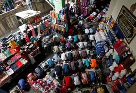 نماز ماه رمضان در بازاری در اندونزی