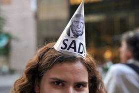 یک تظاهرکننده در نیویورک آمریکا علیه ترامپ