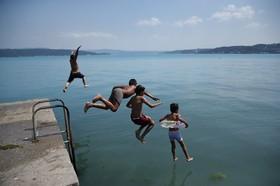 بازی کودکان در گرمای استانبول در تنگه بسفر