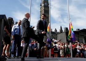 جاستین ترودو نخست وزیر کانادا در مراسمی همراه با یک عضو مجلس کانادا جورابش را به دیگران نشان می دهد