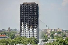 برج گرنفل در لندن پس از خاموش شدن آتش