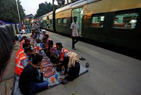 کارکنان خط آهن در کلکته هند در حال افطار