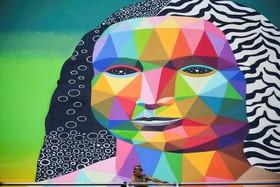هنرمند اسپانیایی استکار اکودا در کنار نقاشی دیواری که در پاریس فرانسه روی یک ساختمان کشیده است