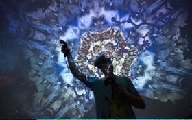 تصویری از یک فرد درحال بازی واقعیت مجازی در نمایشگاه بازی های رایانه ای در لوس آنجلس
