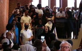 حمله معتراضان به بی توجهی مسئولان شهر در کنزینگتون انگلیس به ساختمان شهرداری