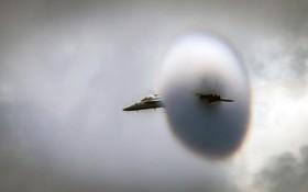 لحظه شکستن دیوار صوتی در روی اقیانوس آرام توسط یک هواپیمای اف هجده