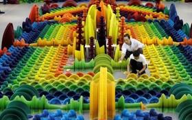 لی هونگ بو هنرمند چینی در حال برپاکردن یک اثرش در موزه ای در پکن چین