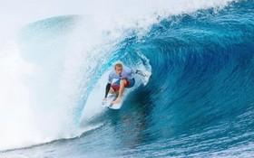 موج سوار استرالیایی استوارت کندی در حال موج سواری در بازی های فیجی