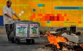 یک بستنی فروش دروه گرد در راه بندان تظاهرات در کاراکاس ونزوئلا
