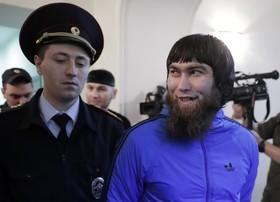 آنزورگوباشف متهم به قتل مخالف دولت روسیه بوریس نمتسف در حال ورود به دادگاه نظامی مسکو