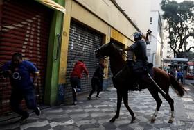 تظاهرات در در برزیل و پلیس اسب سوار ضد شورش