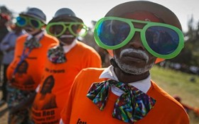 طرفداران ریلا اودینگا رهبر حزب مخالف در کنیا با لباس های نارنجی سمبل این گروه