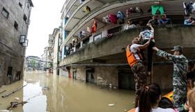 سیل و بارندگی و کمک امدادگران در چین به حادثه دیدگان