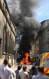 مسدود شدن یک خیابان در لندن به دلیل شعله ورشدن یک خودرو در ساعت نهار ادارات