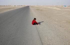 یک کودک آواره سوری در حومه رقه