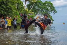 مسابقه ورزش رزمی سنتی در غرب سوماترا در اندونزی