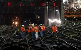 یک مرکز اصلی تغییر مسیر مترو نیویورک در ایستگاه پن که کارگران در حال تعمیر و بررسی آن هستند