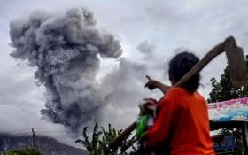 دود و خاکستر برخواسته از کوه آتش فشان سینابانگ در اندونزی