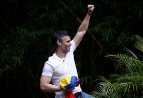 رهبرمخالفان در ونزوئلا لئوپولد لوپز در منزلش که حبس خانگی را می گزراند