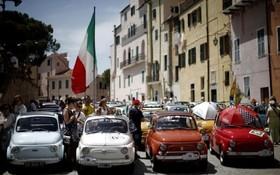 گردهم آیی دوستداران فیات 500 در شصت و مین سال ساخت این خودرو در گارلاندا در ایتالیا