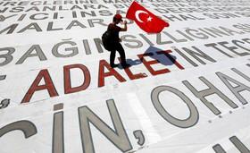 یک بنر بزرگ راهپیمایان ترک مخالف دولت با شعار عدالت