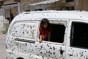 یک دختر سوری در شهر درآ که آتش بس برقرارشده است