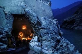 یک راهب هندو در کنار رود گنگ در غاری درحال نیایش