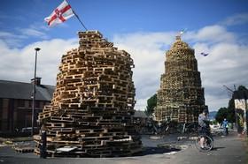 اجاق هایی که برای به آتش کشیدن در یک مراسم سنتی در بلفاست انگلیس برپا شده است