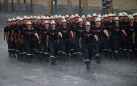 رژه ماموران آتش نشانی در روز باستیل در پاریس فرانسه و باران شدید