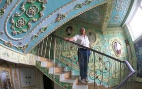 یک کارمند بازنشسته در اوکراین خانه خودرو با گچکاری به شکل یک قصر در آورده است