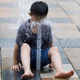 آب بازی در پارکی در پکن چین