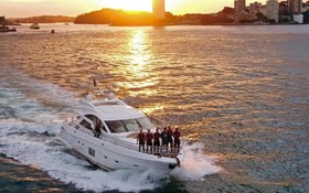 بازیکنان تیم ارسنال در روی یک قایق موتوری در سیدنی استرالیا در یک برنامه تبلیغاتی