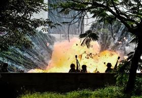 تظاهرات در ونزوئلا و پرتاب یک بمب آتش زا به سوی پلیس
