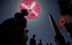 گروهی از مسیحیان در میدان سنت پیتر در واتیکان برای دعای پاپ