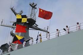یک کشتی جنگی چینی در حال ترک بندر گوانگدونگ