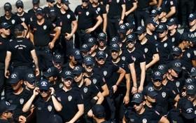 نیروهای ضد شورش در ترکیه در جریان تظاهرات مخالفان در استانبول