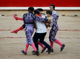 گاوباز پرویی پس از ناکامی در از پای در آوردن یک گاو در چشنواره گاوبازی سنت فروین در اسپانیا