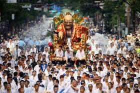 جشنواره هاکاتا در ژاپن که به حمل مجسمه های بزرگ مشهور است