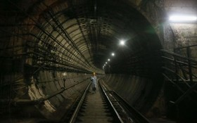 تعمیرکار در تونل مترو شانگهای در چین